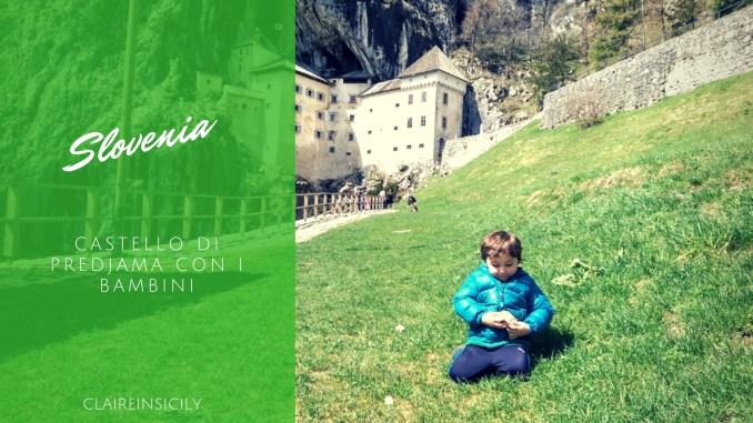 un bambino davanti al castello di Predjama
