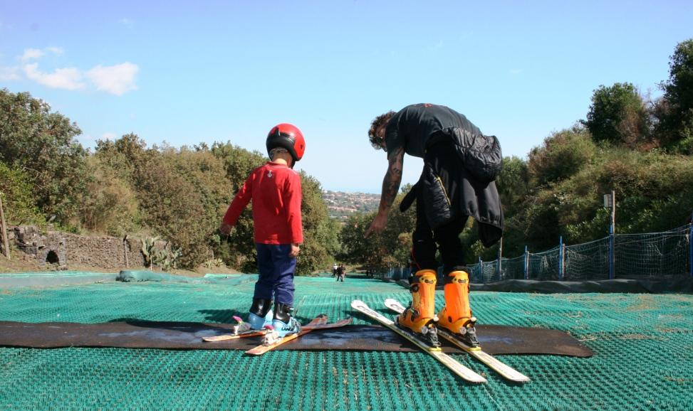 un bambino e un maestro di sci