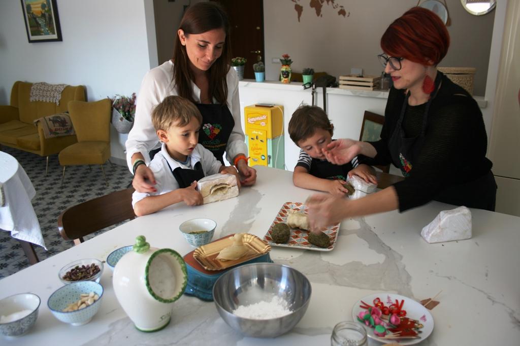una famiglia che fa un corso di cucina