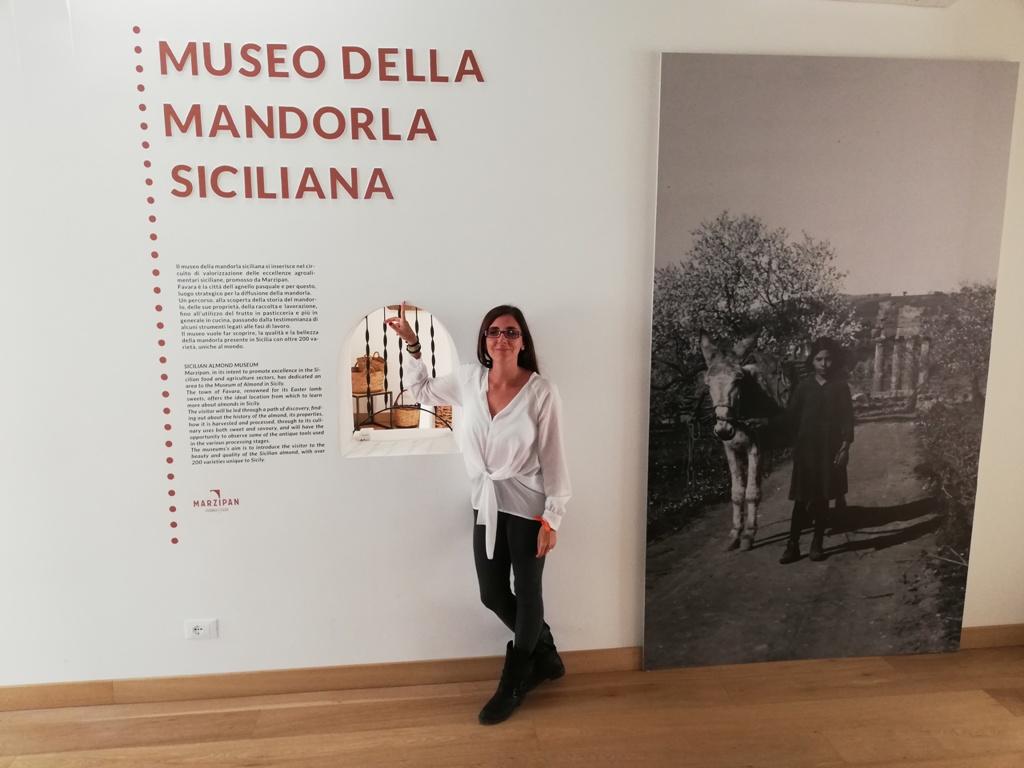 una donna al museo della mandorla dove fanno corsi di cucina siciliana
