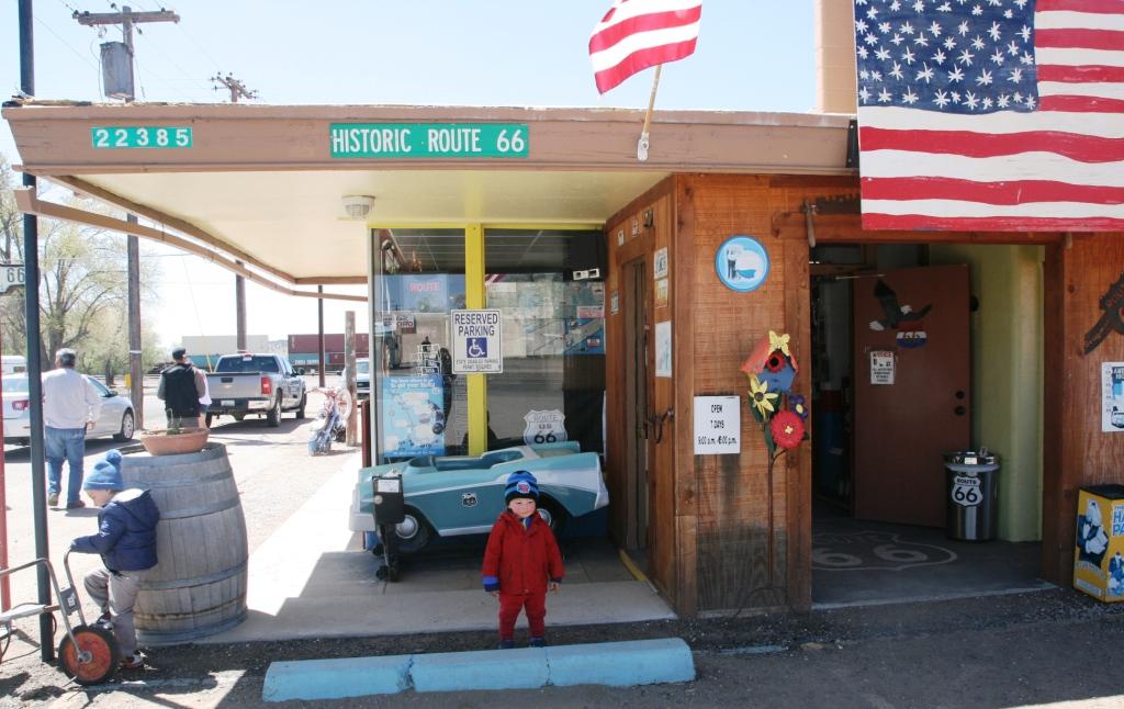un bambino a Seligman sulla route 66