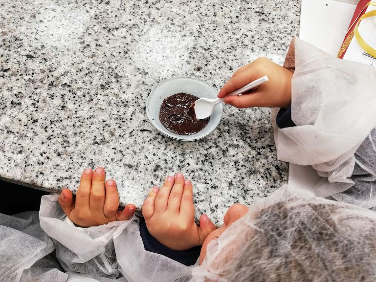 bambini che mangiano il cioccolato di Modica