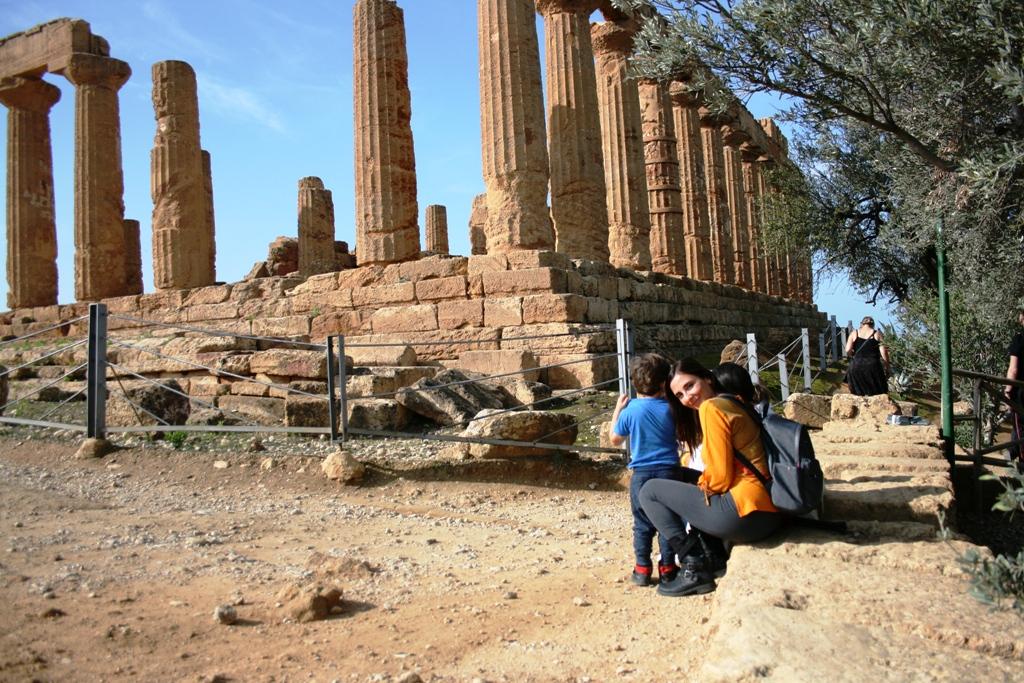una famiglia alla valle dei templi di agrigento