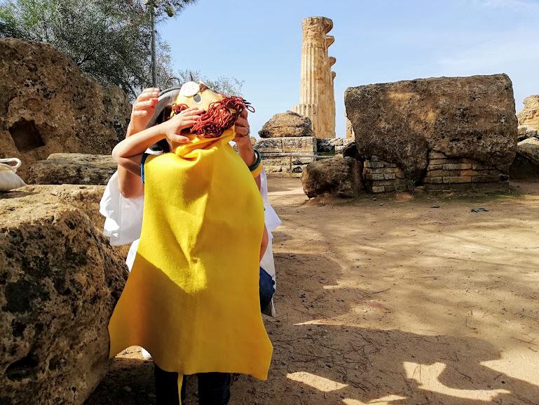 bambini che giocano alla Valle dei Templi di Agrigento