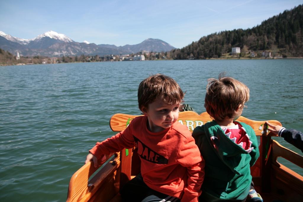 bambini su un'imbarcazione a remi sul lago di bled
