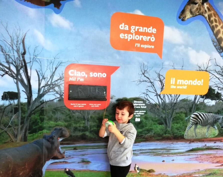 un bambino al museo dei bambini di Roma