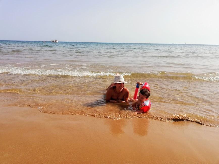 un enfant avec sa mamam qui jouent sur la plage