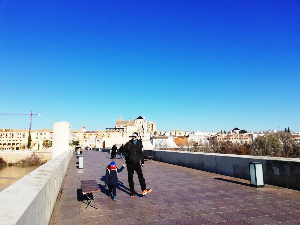 papà con bambini al ponte romano di Cordoba
