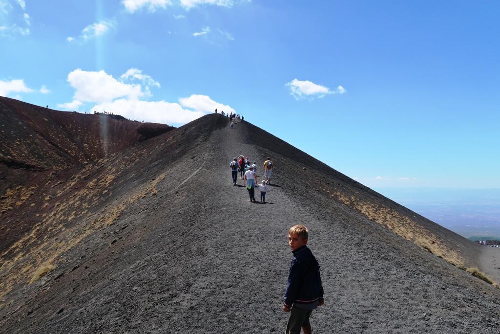 un enfant qui visite l'Etna