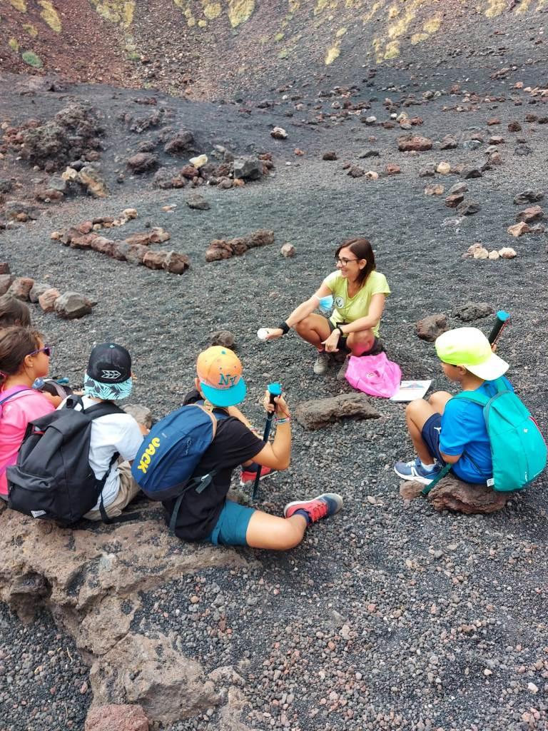 maestra con bambini in gita scolastica sull'Etna