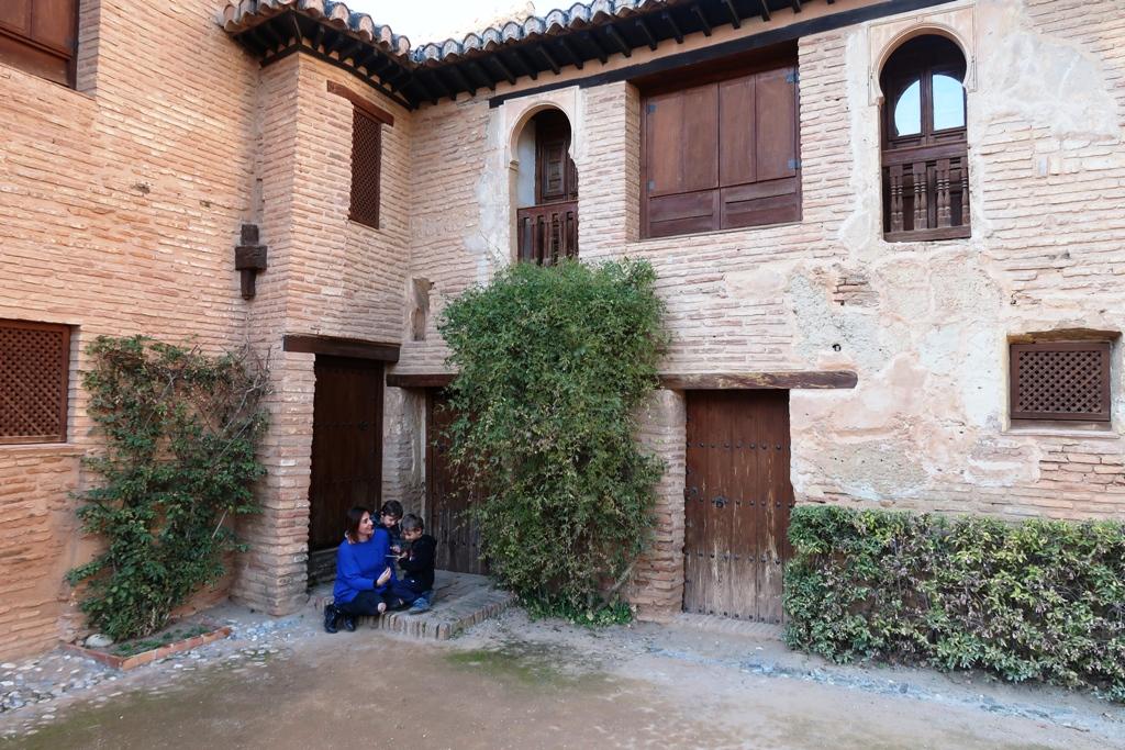 una mamma con bambini all'alhambra