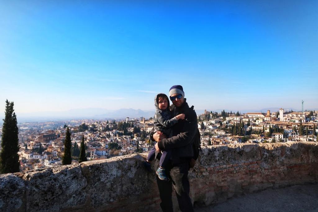 papà e bambino in cima alla torre alcazaba