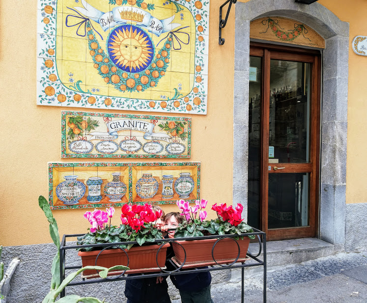 bambini che giocano a Taormina