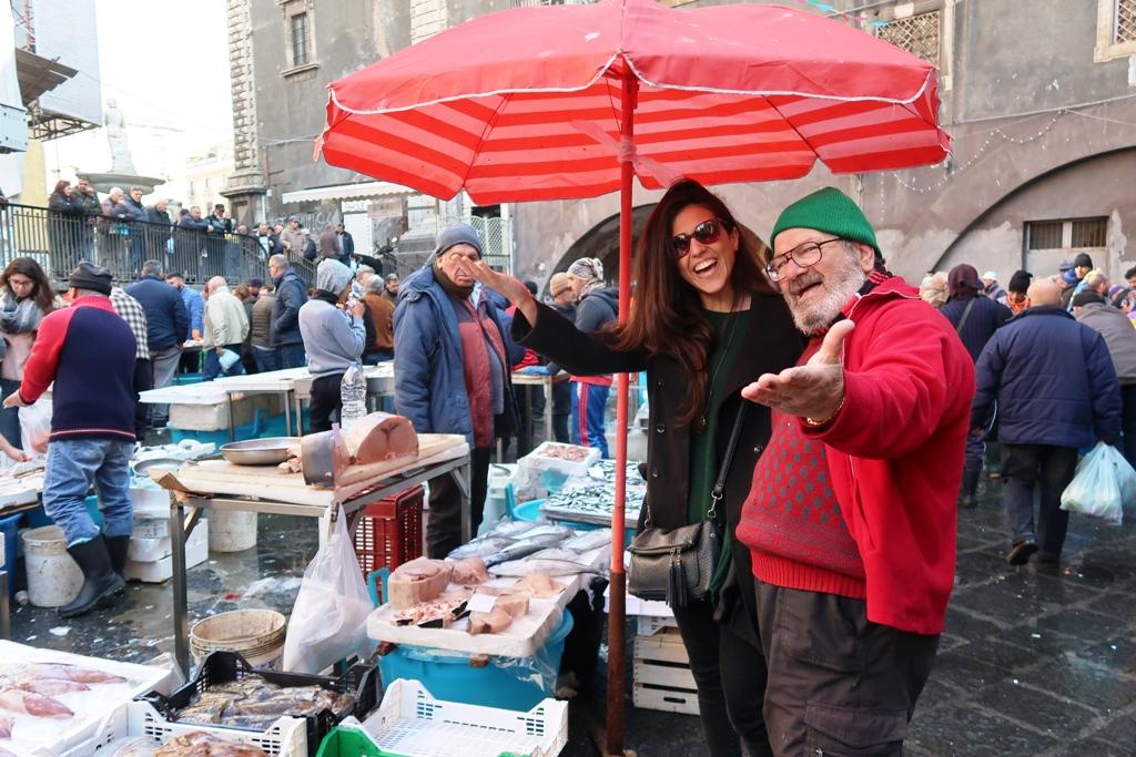 pescatori al mercato del pesce di Catania