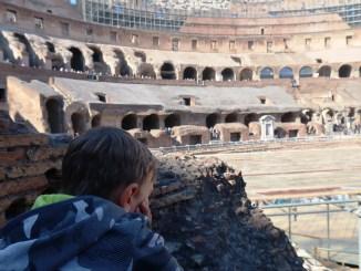 un bambino che guarda il colosseo