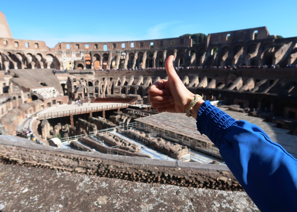 pollice verso al Colosseo