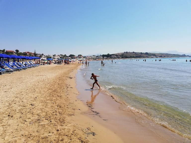 un bambino che gioca sulla spiaggia di Porto Palo di Menfi in Sicilia