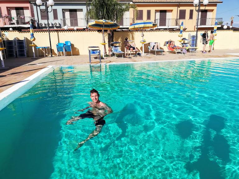 uomo che nuota in una piscina della casa vacanze mare di agrigento