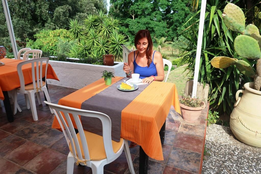 donna che fa colazione in hotel a Vulcano