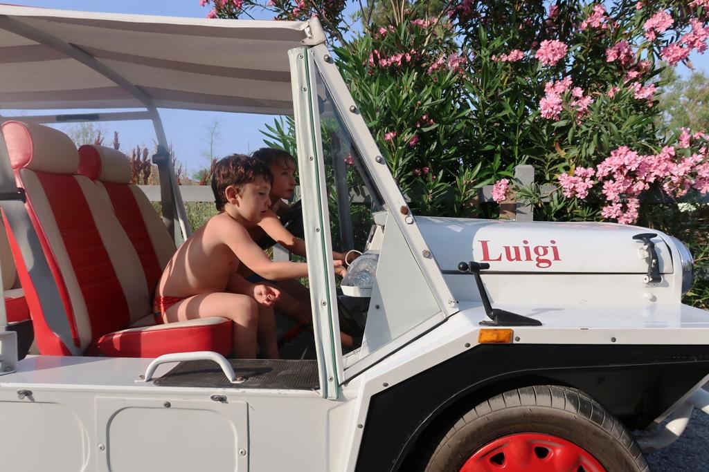 bambini a bordo di un mini moke
