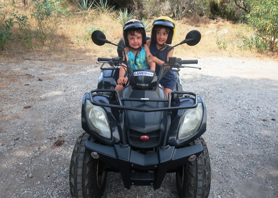 bambini in quad alle isole eolie