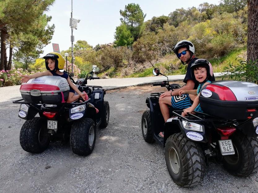 una famiglia in quad alle isole eolie
