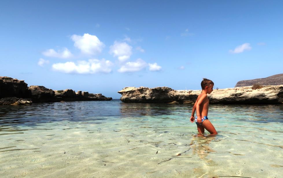 bambino sulla spiaggia di Lido Burrone a Favignana