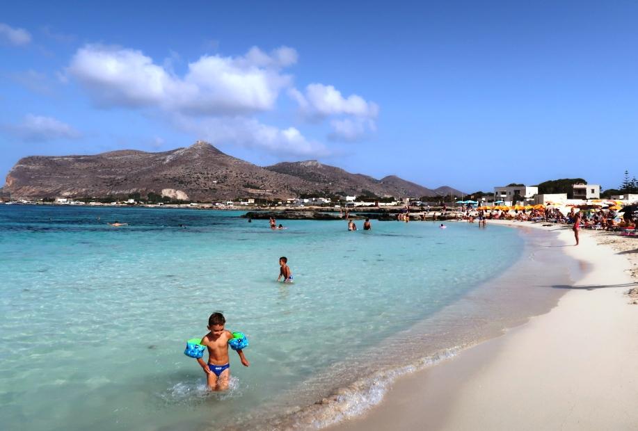 bambini sulla spiaggia di Lido Burrone di Favignana