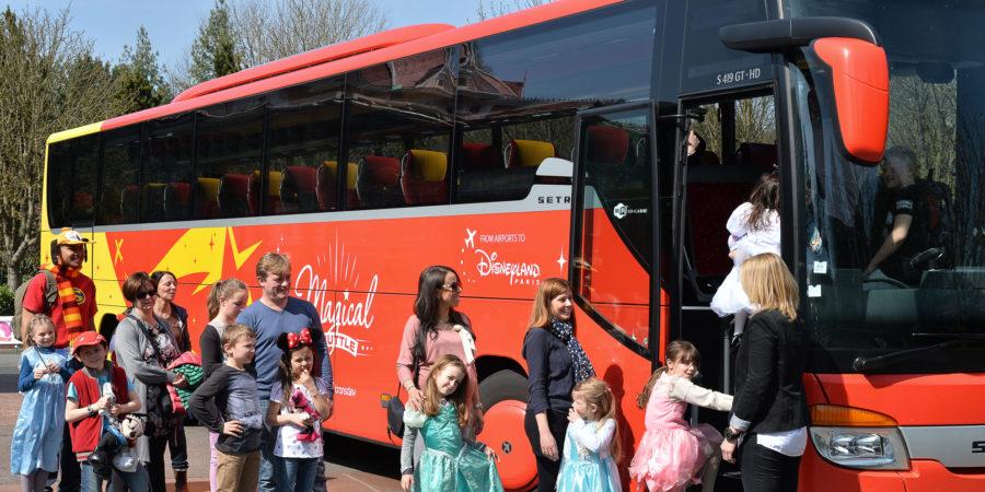 autobus rosso che porta a Disneyland Paris