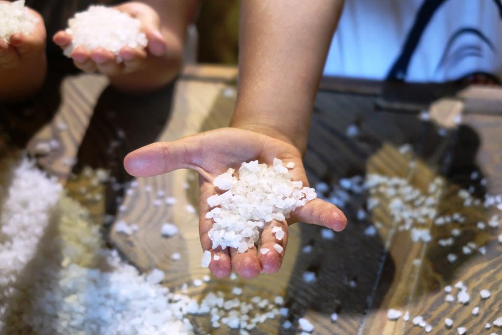 mano di un bambino che tiene il sale alle saline di marsala