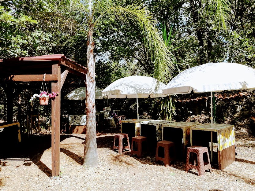 tavoli e sedie di un'area picnic alcantara