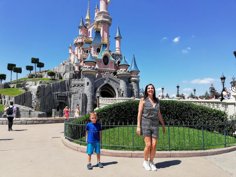 mamma e bambino a Disneyland Paris