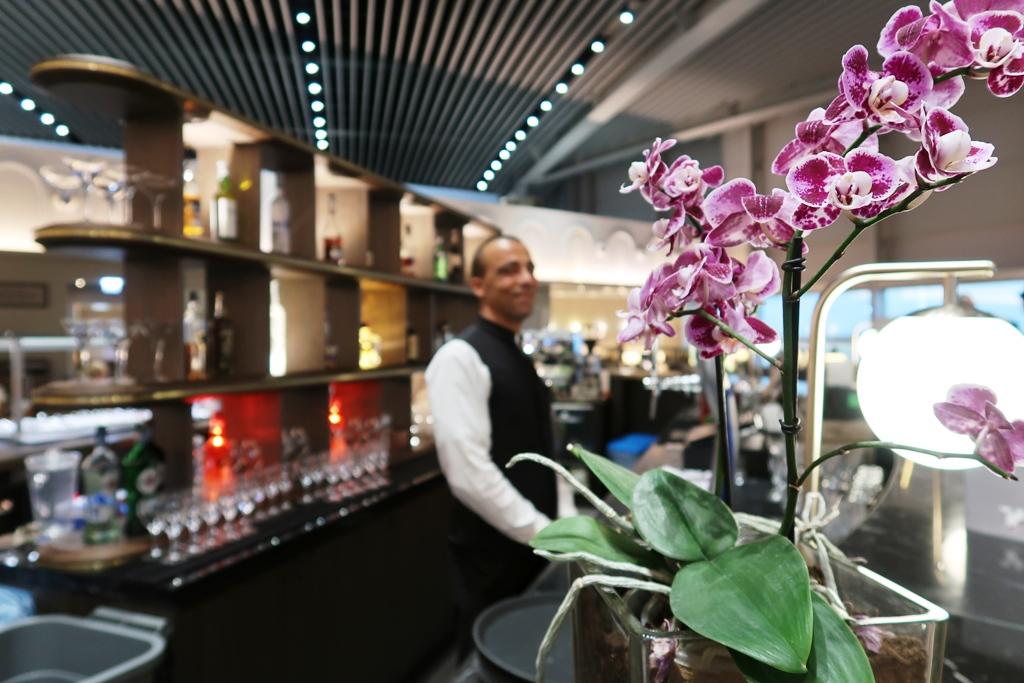 barman alla Lounge dell'aeroporto di Fiumicino