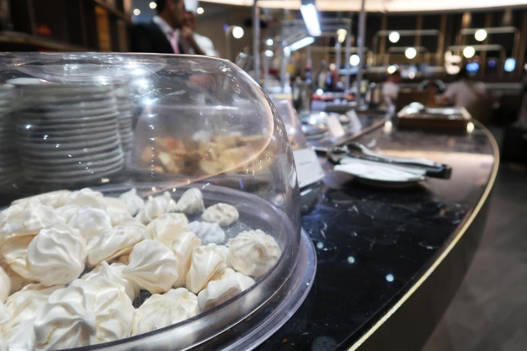 meringhe al buffet della Plaza Premium di Roma Fiumicino
