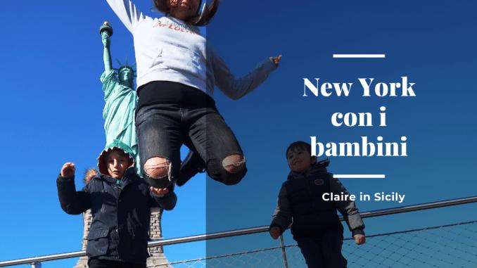 una mamma e due bambini che saltano davanti la Statua della libertà a New York