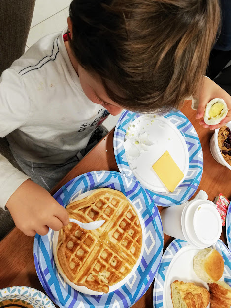 bimbo che fa colazione in america