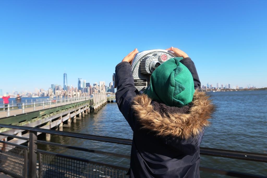 bimbo che osserva Manhattan