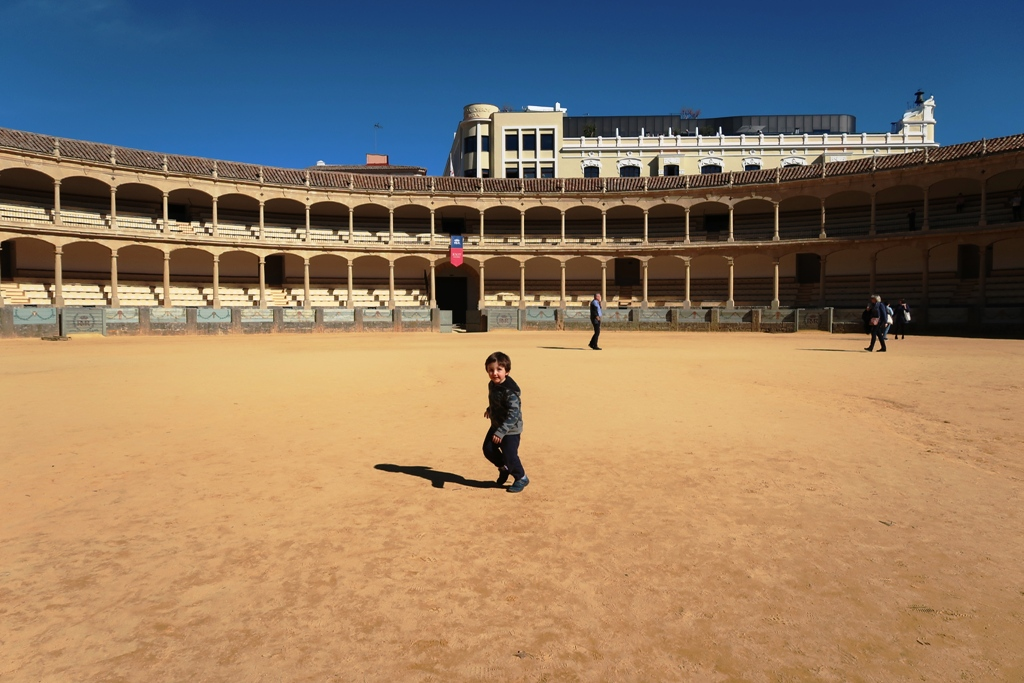 un bambino che corre nell'arena di Ronda in Andalusia