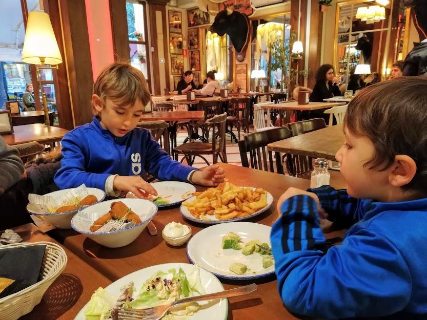 bambini che mangiano tapas a siviglia in andalusia