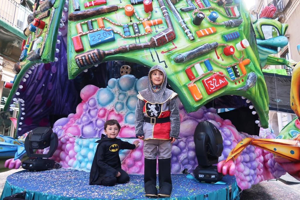 due bambini sui carri del carnevale di acireale