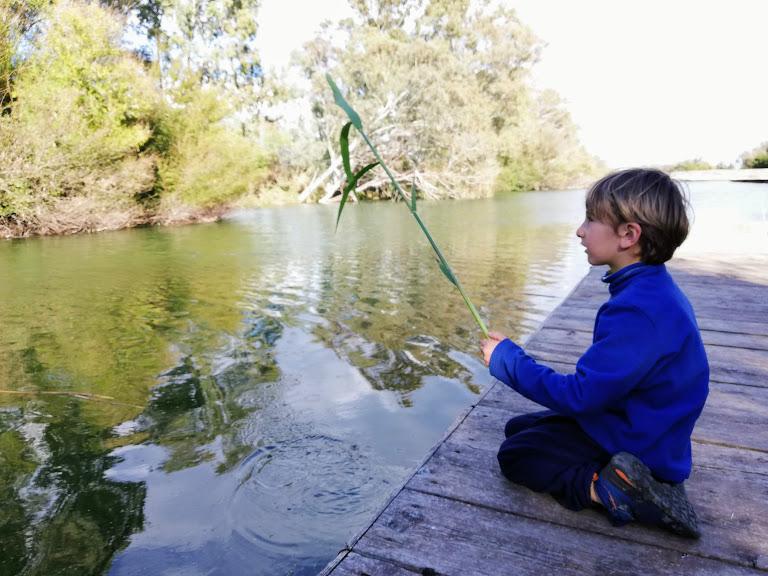 un bambino che gioca alla riserva naturale fonte ciane