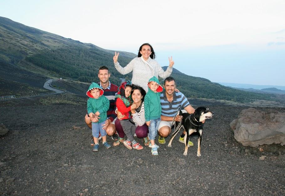 un gruppo di famiglie sul vulcano Etna