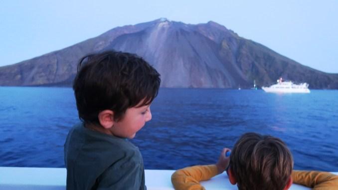due bambini che osservano il vulcano stromboli