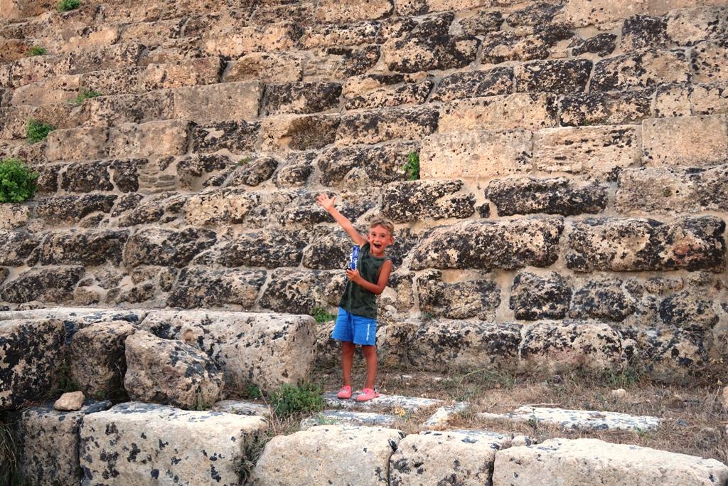 un bambino che sorride all'acropoli di selinunte