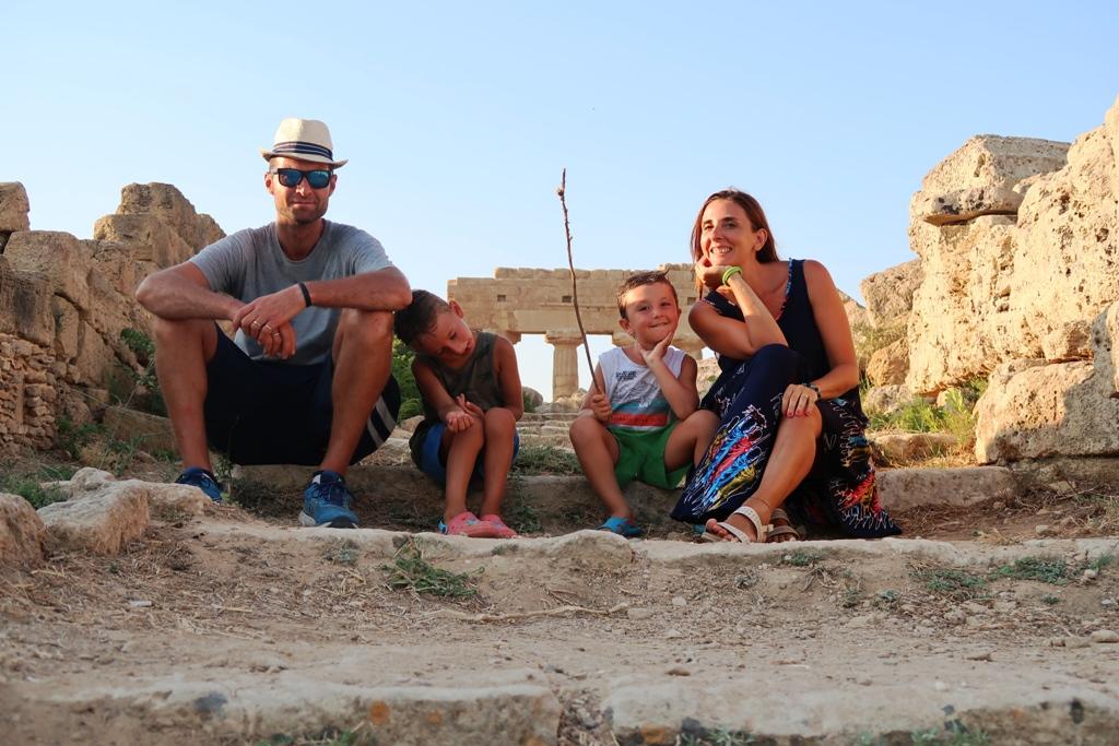 una famiglia in vacanza a Selinunte
