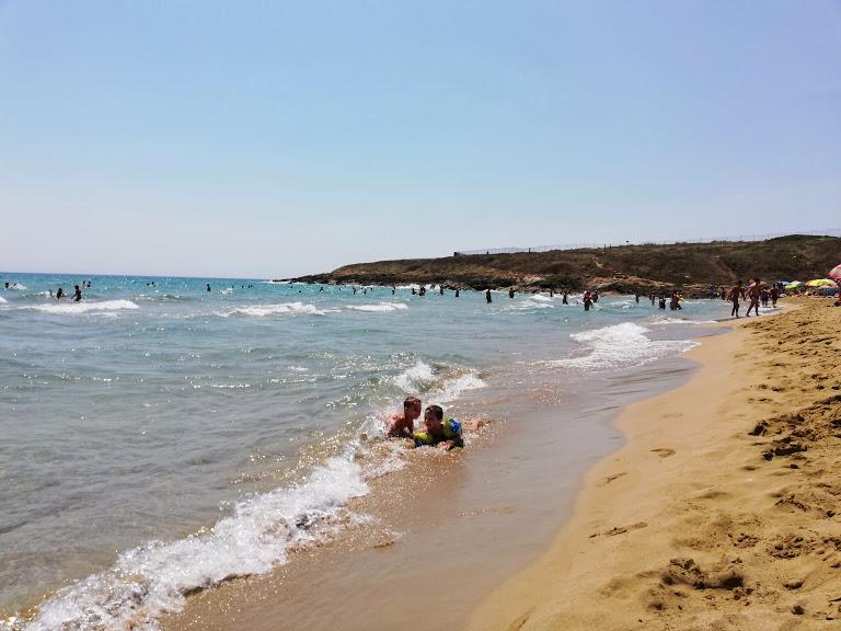 bambini che giocano sulla spiaggia in Sicila
