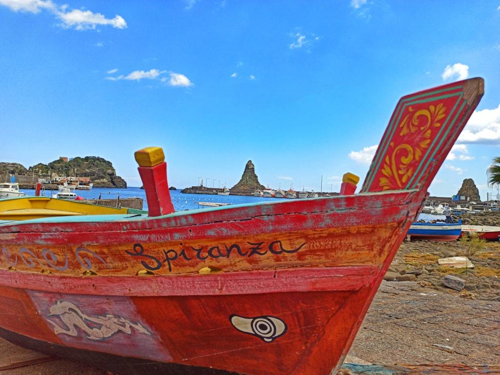 barca con vista sui faraglioni di Acitrezza