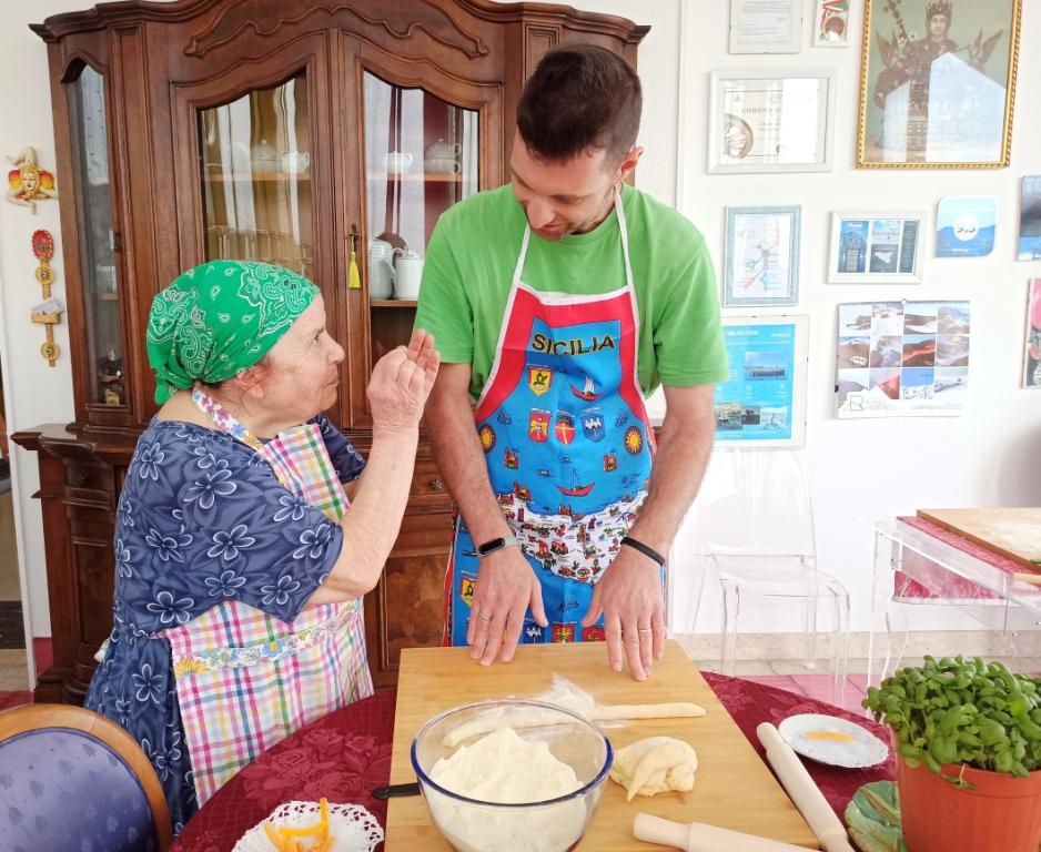 una donna siciliana che da lezioni di cucina