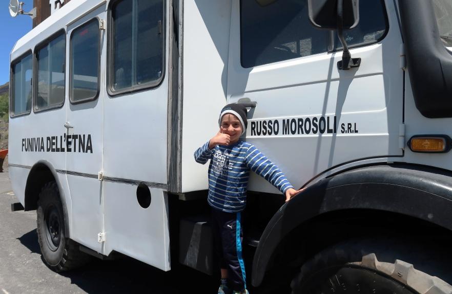 un bambino vicino a un mezzo di Funivia dell'Etna