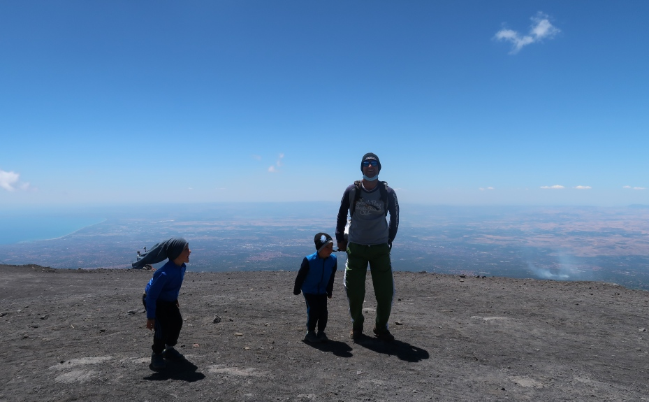 un papà e due bambini sull'Etna